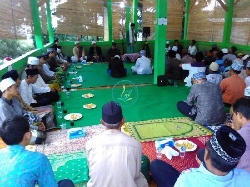 mendengarkan-sambutan-tokoh-masyarakat-desa-sirnagalih-ust-sholeh-1