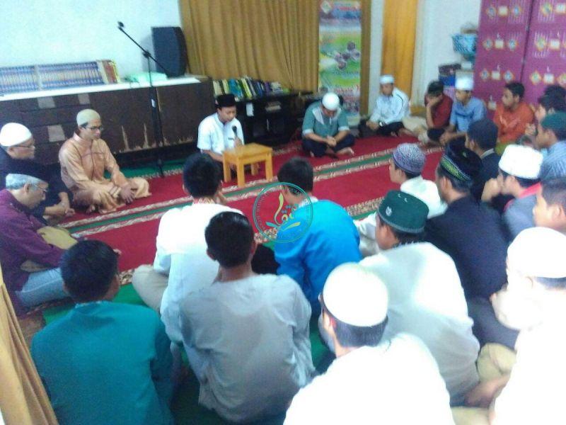 Pembacaan Ayat Suci Al Qur'an oleh M. Ghozali, salah satu peserta dauroh yang telah meyelesaikan setorah hafalan 30 juznya dalam waktu 29 hari.