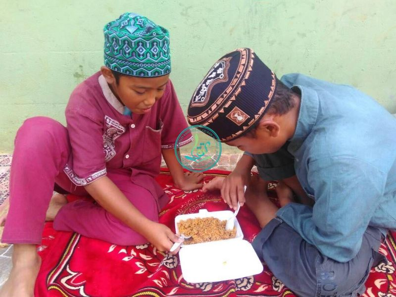 #IndahnyaKebersamaan. Seporsi makananpun insya Alloh cukup untuk berdua. Mudah-mudahan barokah. :-D (26 April 2016)