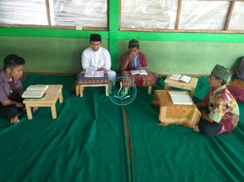 Meja belajar kayu baru untuk tiap-tiap santri putra di Wisma 3 (30 April 207)