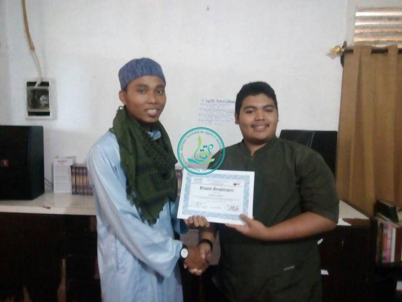Pembagian Sertifikat Oleh Penanggung Jawab Pesantren Putra, Ust. Sholihin Al Hafizh