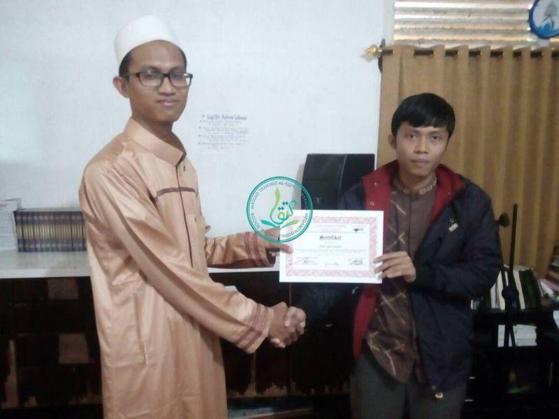 Pembagian Sertifikat Oleh Direktur Utama Pondok Pesatren Tahfizh Al Quran MataQu