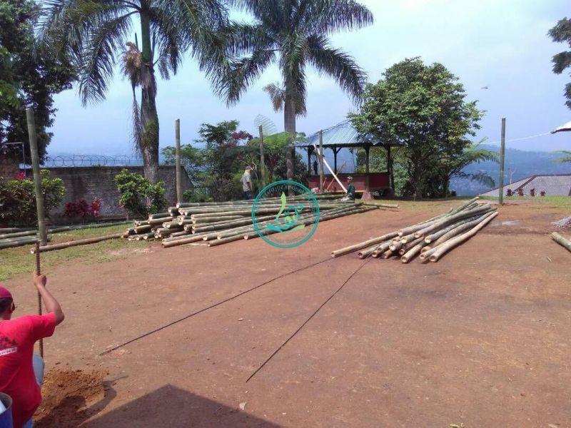 Pembuatan tiang tenda sementara dari bahan bambu