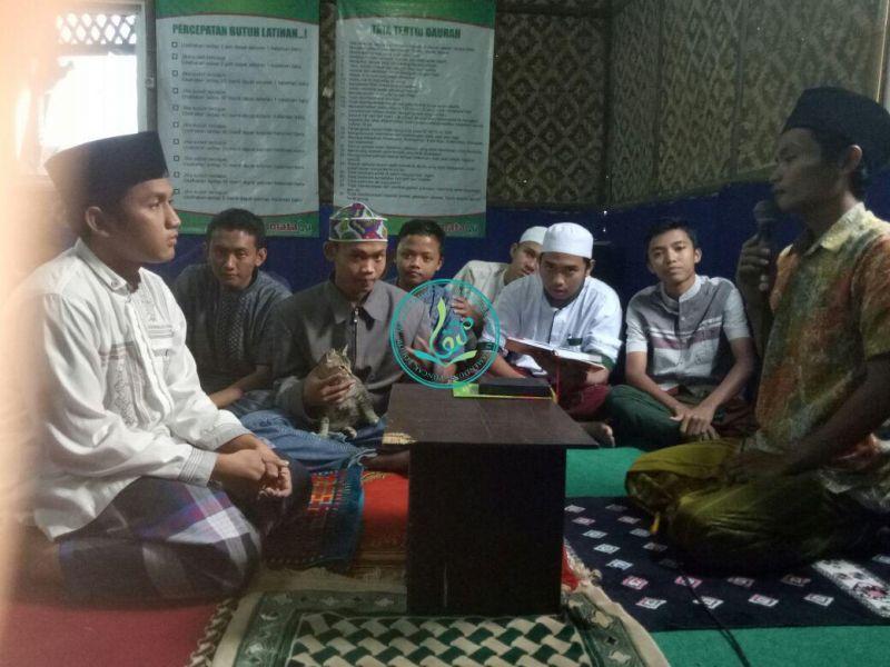 Ahmad Hafizh Hasibuan (kiri-baju putih-bersarung), 20 tahun, asal Palembang, Sumatera Selatan