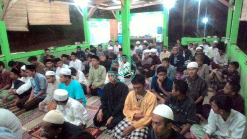 sholat-isya-dan-tarawih-santri-ikhwan-01
