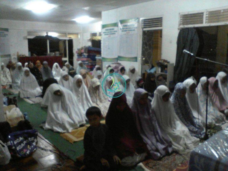 sholat-tahajud-sebelum-sahur-santri-akhwat-02