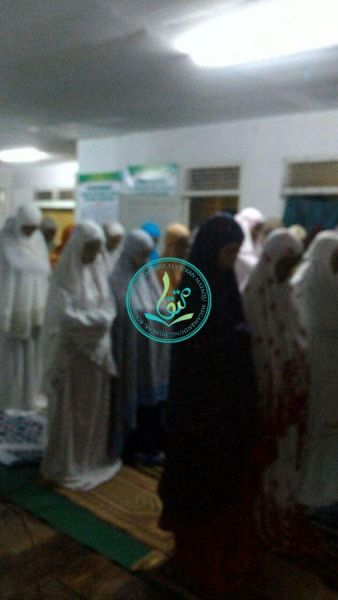 aktivitas-sholat-berjamaah-para-peserta-akhwat-dauroh-quran-angkatan-6